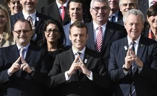 Emmanuel Macron, au centre (pléonasme)