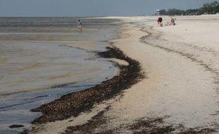 La plage de Biloxi, dans la Mississipi, souillée par la marée noire causée par l'explosion de la plate-forme Deepwater Horizon, le 7 mai 2010
