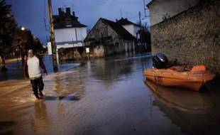 """La crue de la Loire a atteint son pic jeudi à Nevers et dans les communes voisines, privant d'eau potable au robinet plusieurs dizaines de milliers d'habitants, qui vivent toutefois """"avec philosophie"""" les caprices de leur fleuve."""