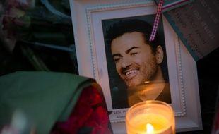 Les fans de George Michael ont rendu hommage à l'artiste, brutalement décédé à l'âge de 53 ans, en déposant des fleurs, des photos, des dessins et autres hommages devant sa maison à Goring, en Angleterre. AFP PHOTO / Daniel LEAL-OLIVAS