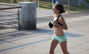 Une New-Yorkaise fait un jogging, le 8 juin 2011