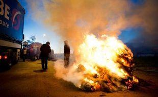 Des manifestants utilisent des tracteurs et des pneus en feu pour bloquer les accès à la ville de Vannes, en Bretagne, le 15 février 2016 au matin