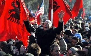 Les pays européens espèrent sauver les apparences lundi en adoptant une déclaration commune sur le Kosovo, malgré le refus d'une partie d'entre eux de reconnaître l'indépendance proclamée dimanche par le parlement kosovar;