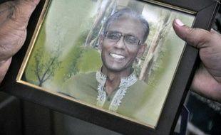 Une personne tient la photo du professeur  Rezaul Karim Siddique tué à la machette, à Rajshahi au Bangladesh, le 23 avril 2016