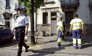 Des enquêteurs devant la maison de la famille Dupont de Ligonnes, disparue à Nantes, le 21 avril 2011.