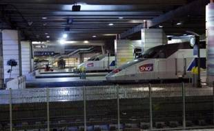 """Une cinquantaine de TGV Atlantique en direction ou en provenance de Paris-Montparnasse ont été affectés samedi par un problème caténaire, certains subissant des retards de six heures, a indiqué la SNCF alors que le secrétaire d'Etat aux Transports dénonçait """"l'incident de trop""""."""