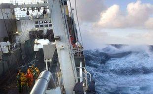 Des ramendeurs du chalutier-industriel français «Joseph Roty II» remontent le chalut du bateau, courant janvier 2004 en mer d'Ecosse.