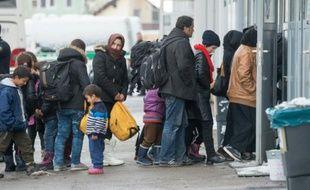 Des réfugiés attendent pour se faire enregistrer à Passau, le 16 janvier 2016, dans le sud de l'Allemagne