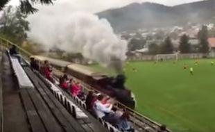 En Slovaquie, le train passe entre les tribunes et la pelouse.