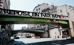Une banderole déployée par le groupe de supporters Marseille Tout puissant en hommage à l'ancien président de l'OM Pape Diouf.