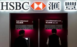 Un distributeur automatique de la banque britannique HSBC, le 4 mars 2013, dans une agence de Hong Kong