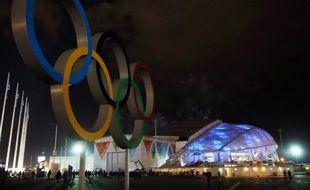 Les anneaux olympiques devant le stade le 4 février 2014 à Sotchi