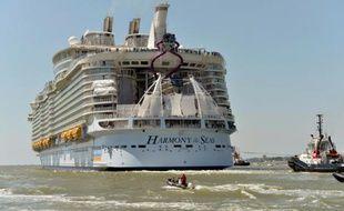 Le paquebot Harmony of the seas, le plus gros navire de croisière au monde, quitte son berceau de Saint-Nazaire, le 15 mai 2016
