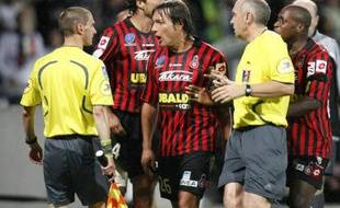 Cyril Rool et les joueurs de Nice, protestant contre les arbitres du match Lyon - Nice (3-2) le samedi 13 septembre 2008, lors de la 5e journée de Ligue1.