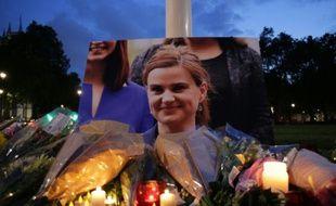 Des fleurs déposées près du Parlement le 16 juin 2016 à Londres, en hommage à la députée Jo Cox