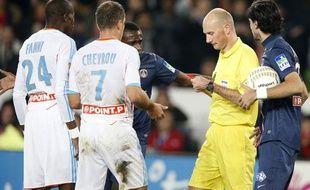L'arbitre Anthony Gautier, distribue un carton rouge à Rod Fanni, lors d'un match de Coupe de la Ligue entre l'OM et le PSG, le 31 octobre 2012 à Paris.