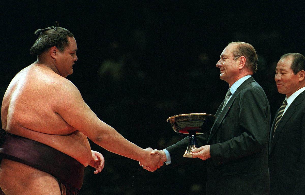 Jacques Chirac remet une coupe à Akebono, vainqueur du tournoi de sumo organisé à Bercy, le 14 octobre 1995. – NEBINGER/SIPA