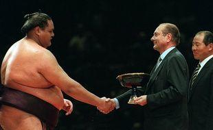 Jacques Chirac remet une coupe à Akebono, vainqueur du tournoi de sumo organisé à Bercy, le 14 octobre 1995.