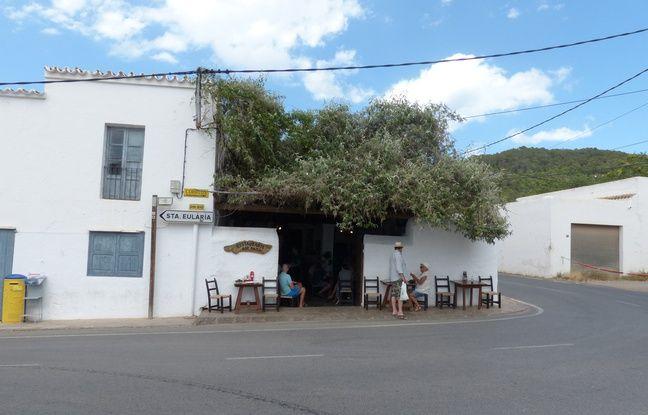 La façade du minuscule Bar Anita, paumé dans le petit village de Sant Carles