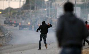 Des affrontements ont opposé vendredi des manifestants palestiniens aux forces israéliennes à Jérusalem-Est et en Cisjordanie, où environ 35 personnes ont été blessées et plusieurs arrêtées, selon des sources palestiniennes.