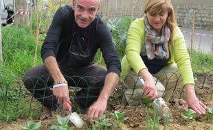 Paris, le 14 avril 2017. Michel et Fatima, à l'œuvre dans le jardin de la rue Charenton.