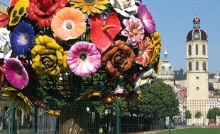 L'arbre en fleur ou Flower Tree dans le centre de Lyon. .