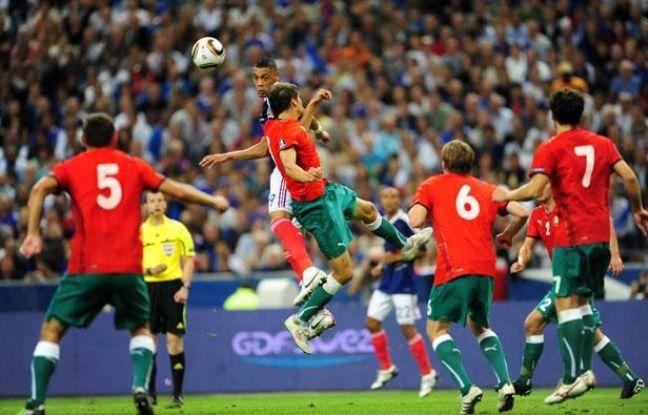 Guillaume Hoarau entouré par cinq joueurs biélorusses, le 3 septembre 2010 à Paris.