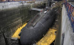 Illustration d'un sous-marin nucléaire lanceur d'engin sur le site de l'île Longue dans la rade de Brest.