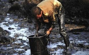 Nettoyage d'une marée noire près de Dalian, en Chine, en juillet 2010.