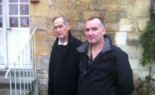 Philippe Guilbert (au premier plan), 47 ans, au chômage depuis 10 ans, et Jacques Legrain, président de la communauté de communes Entre Nièvres et forêts.