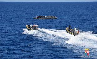 Opération de sauvetage de la marine italienne au large de la Sicile le 11 avril 2016