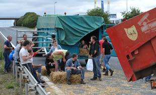Des éleveurs bloquent l'A84 à hauteur de Breteville-sur-Odon, près de Caen, le 20 juillet 2015.