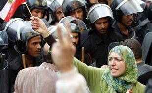 Une jeune femme agite le drapeau égyptien lors d'une manifestation au Caire, le 26 janvier 2011
