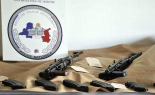 Dix fusils d'assaut kalachnikov ont été découverts dimanche soir dans le coffre d'une voiture prise en chasse par des policiers de la BAC dans le nord de Marseille, une saisie qualifiée d'importante lundi par les autorités locales