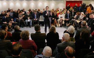 Le président Emmanuel Macron  s'est longuement invité jeudi à un débat citoyen à Bourg-de-Péage (Drôme).