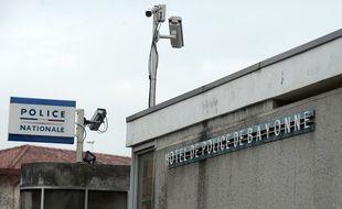 Les personnes arrêtées sont en garde  à vue au commissariat de Bayonne.