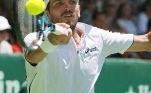 Fabrice Santoro et Julien Benneteau, derniers Français en lice, ont été battus en demi-finales des tournois de tennis de Sydney et Auckland, vendredi.
