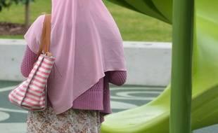 Une femme voilée dans un parc pour enfants en Australie. Illustration
