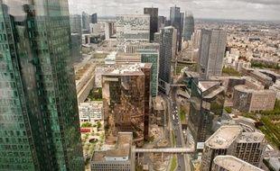 Avec ses 231m, la Tour First présente des espaces lumineux, un auditorium de 200 places et un panorama à 360 degrés de Paris et des tours de la Défense.