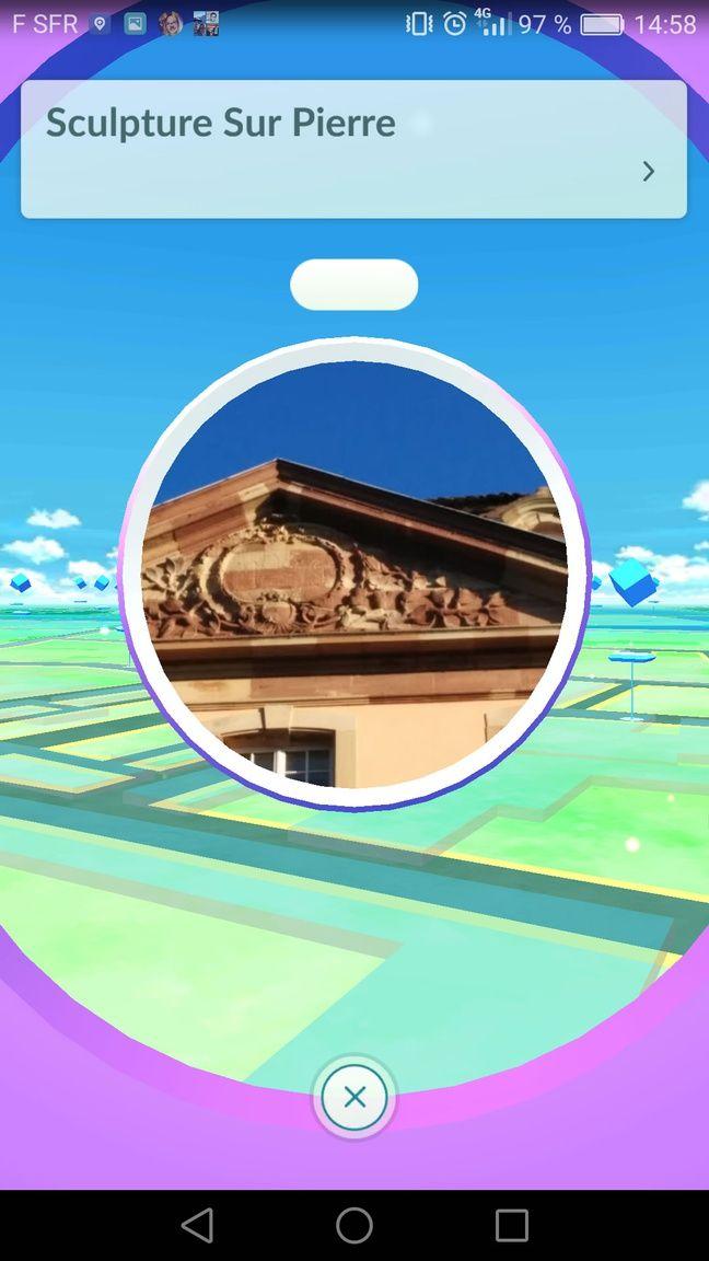 Un pokéshop se trouve sur le côté du lycée Fustel de Coulanges à Strasbourg.