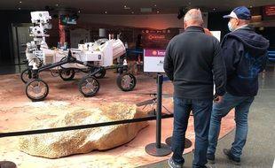 Des visiteurs devant le rover Perseverance, en taille réelle, à la Cité de l'Espace de Toulouse.