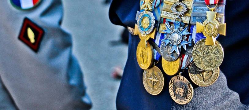 Illustration d'anciens combattants portant des décorations militaires.
