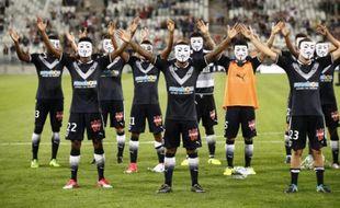 Les joueurs bordelais avec des masques d'Anonymous après leur victoire contre Metz, le 12 août 2017.