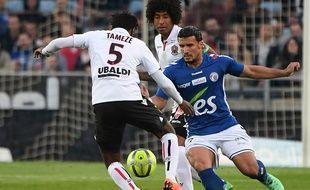 Le Strasbourgeois Saadi face au Niçois Tameze au stade de la Meinau.
