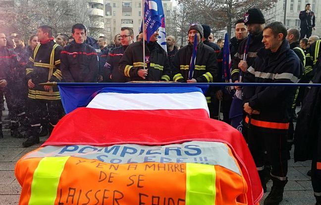 Lyon, le 8 janvier 2018. Les pompiers ont manifesté contre les violences dont ils sont victimes lors d'interventions dans les quartiers sensibles.
