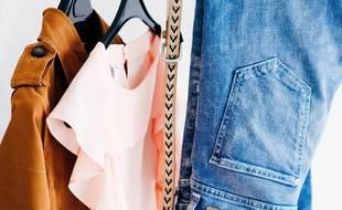 Illustration de vêtements sur un portant