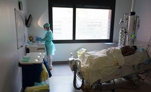 Une infirmière dans la chambre d'un patient atteint du coronavirus dans le service de réanimation de l'hôpital Purpan, à Toulouse (photo d'illustration).