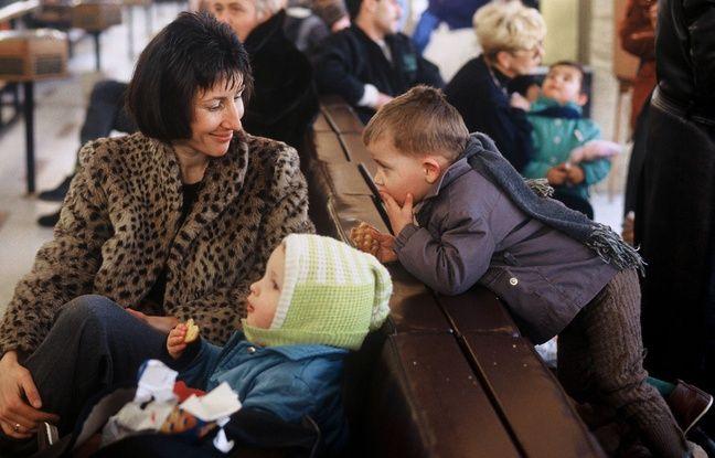 Illustration d'un départ d'enfants adoptés par des familles françaises à Bucarest, en Roumanie.