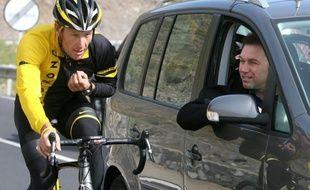 Lance Armstrong est de plus en plus seul: il a brutalement été lâché mercredi par l'un de ses plus solides soutiens, l'équipementier Nike, par Trek, le fabricant des cycles avec lesquels il a gagné sept fois le Tour de France, et par le brasseur Anheuser-Busch.