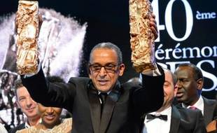 Abderrahmane Sissako brandit ses trophées lors de la cérémonie des César le 20 février 2015 à Paris